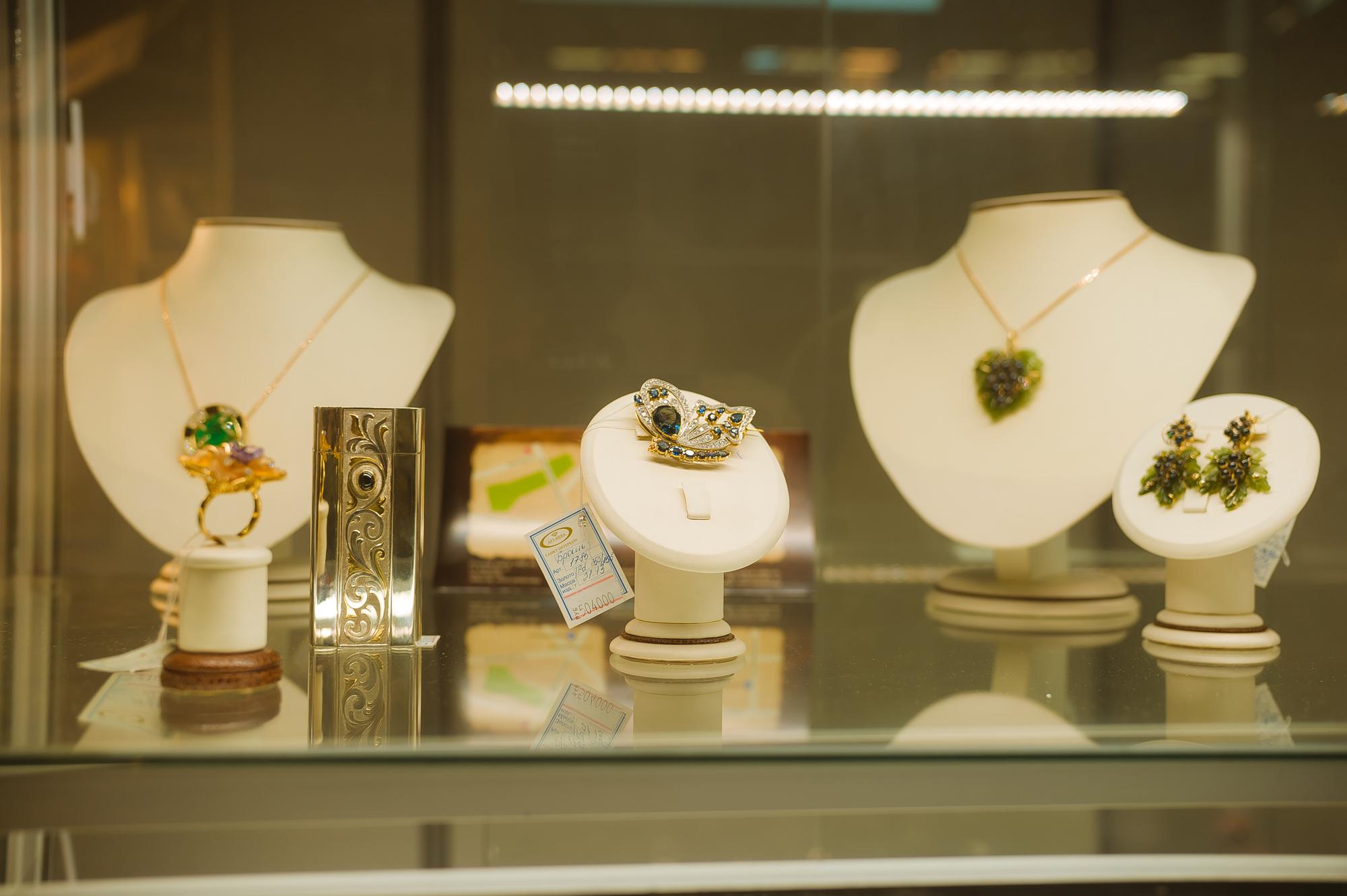 Выставка ювелирных украшений фото